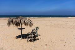 与伞的海滩 免版税图库摄影