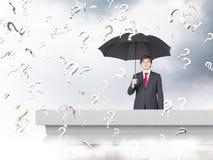 与伞的生意人 免版税库存照片