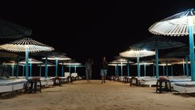 与伞的空的海滩,太阳床 股票视频