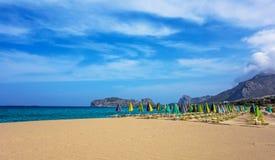 与伞的空的海滩 免版税库存照片