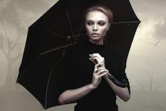 与伞的美丽的女孩画象 免版税库存图片