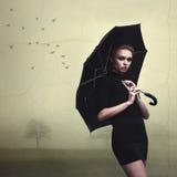 与伞的美丽的女孩画象 库存照片