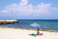 与伞的风景在海滩 免版税图库摄影