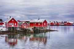 与传统挪威渔小屋的美好的冬天风景在Lofoten海岛 库存照片
