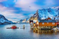 与传统挪威渔小屋rorbu的美好的冬天风景 免版税库存图片