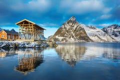 与传统挪威渔小屋rorbu的美好的冬天风景 库存图片