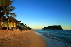 与传统海滩fales的太平洋海岛热带沙滩在日落微明以后,Lalomanu海滩萨摩亚,乌波卢岛,太平洋 免版税库存照片
