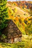与传统秸杆屋顶房子Apuseni山的,特兰西瓦尼亚的美好的秋天风景 免版税库存图片