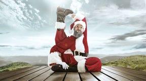 与传统红色白色服装的圣诞老人项目在白雪冬天风景全景前面 免版税库存照片
