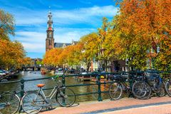 与传统荷兰大厦和自行车,阿姆斯特丹,荷兰的惊人的都市风景 免版税库存图片