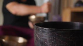 与传统西藏古铜唱歌碗仪器的凝思实践 好能量的镇静禅宗声音和 股票视频
