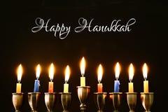 与传统spinnig上面、menorah & x28的犹太假日光明节背景; 传统candelabra& x29;并且燃烧的蜡烛 库存图片