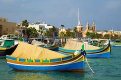 与传统五颜六色的渔船的Marsaxlokk市场,马耳他 免版税库存照片