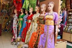 与传统五颜六色的礼服的时装模特 免版税库存图片