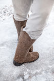 与传统俄国人毛毡起动的男性脚 免版税库存照片
