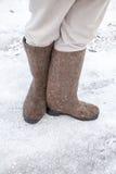 与传统俄国人毛毡起动的脚 免版税库存照片