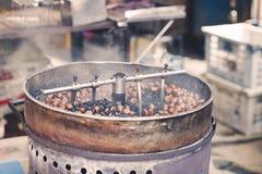 与传统机械的烧烤栗子在一个供营商在唐人街,马来西亚 库存照片