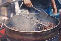 与传统机械的烧烤栗子在一个供营商在唐人街,马来西亚 库存图片