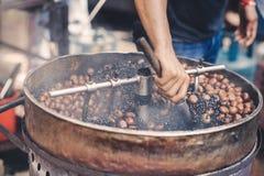 与传统机械的烧烤栗子在一个供营商在唐人街,马来西亚 免版税库存照片