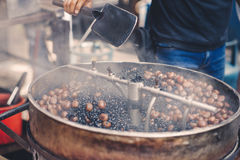 与传统机械的烧烤栗子在一个供营商在唐人街,马来西亚 免版税库存图片