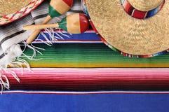 与传统毯子和阔边帽的墨西哥背景 免版税库存图片