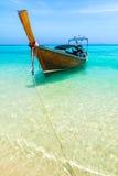 与传统泰国longtale小船的海滩 竹海滩小船海岛长的掌上型计算机尾标泰国结构树 免版税库存图片