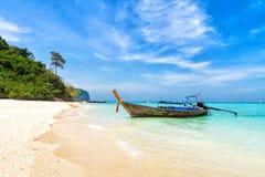 与传统泰国longtale小船的海滩 竹海滩小船海岛长的掌上型计算机尾标泰国结构树 库存图片
