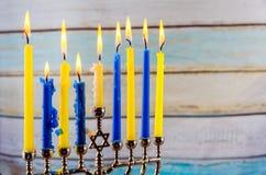 与传统的menorah的犹太假日hannukah 免版税图库摄影