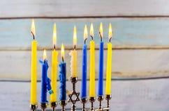 与传统的menorah的犹太假日hannukah 免版税库存图片