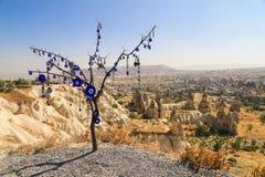 与传统蓝色凶眼的树在土耳其 免版税图库摄影