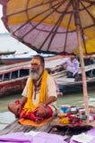 与传统被绘的面孔的Sadhu在瓦腊纳西,印度。 免版税图库摄影
