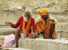 与传统被绘的面孔的Sadhu在瓦腊纳西,印度。 库存照片