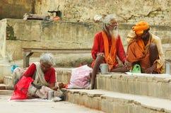与传统被绘的面孔的Sadhu在瓦腊纳西,印度 免版税库存照片