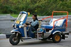 与传统tuk-tuk的未认出的出租汽车司机在泰国 免版税库存照片