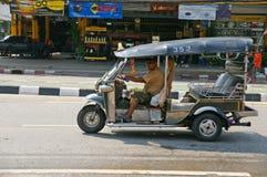 与传统tuk-tuk的未认出的出租汽车司机在泰国 图库摄影
