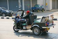 与传统tuk-tuk的未认出的出租汽车司机在泰国 免版税库存图片