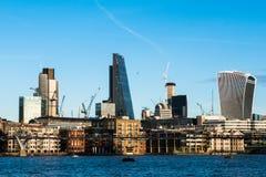 与伦敦市摩天大楼和办公室buil的地平线微明 免版税库存图片