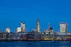 与伦敦市摩天大楼和办公室buil的地平线微明 免版税库存照片