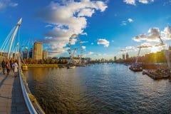 与伦敦眼的从金黄周年纪念桥梁的看法和大本钟 库存照片