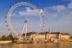 与伦敦眼的伦敦都市风景在下午 免版税库存照片