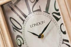 与伦敦题字的木clockface 免版税库存照片