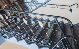 与伪造的元素的楼梯以金和古铜色板料的形式 库存图片