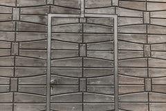 与伪造的元素的老木门 库存照片