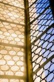 与伪造的圆的样式的美丽的窗口在德国天主教会里 光和阴影 免版税库存照片