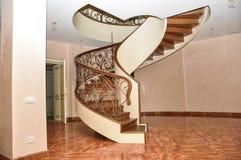 与伪造的扶手栏杆的一个螺旋木楼梯,仿照现代艺术Nouveau样式 免版税库存照片