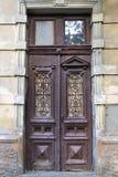与伪造的窗架的古色古香的木门 免版税库存照片