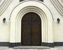 与伪造的铰链的老木门,老门木纹理与锻件元素的 免版税库存照片