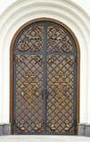 与伪造的铰链的老木门,老门木纹理与锻件元素的 免版税图库摄影