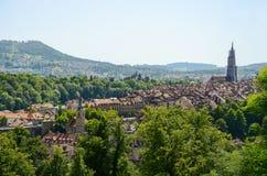 与伯尔尼大教堂,瑞士的都市风景视图 免版税图库摄影