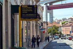 与估计的到达时间的里斯本,葡萄牙- 2013 5月4日,电子时间表的在街道上的公共汽车 免版税库存照片
